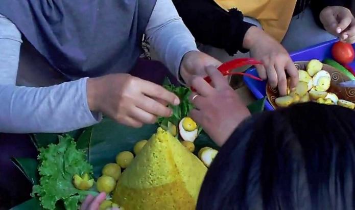 Membuat Hiasan Tumpeng Nasi Kuning
